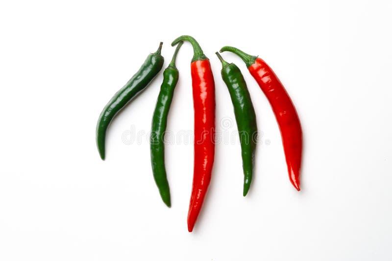 Peppar för grön och röd chili på bästa sikt för vit bakgrund Hoad kryddig mat arkivfoton