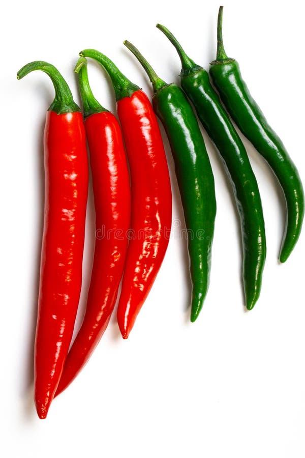 Peppar för grön och röd chili på bästa sikt för vit bakgrund Hoad kryddig mat royaltyfria foton