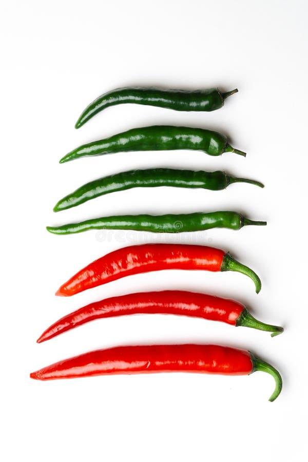 Peppar för grön och röd chili på bästa sikt för vit bakgrund Hoad kryddig mat royaltyfri bild