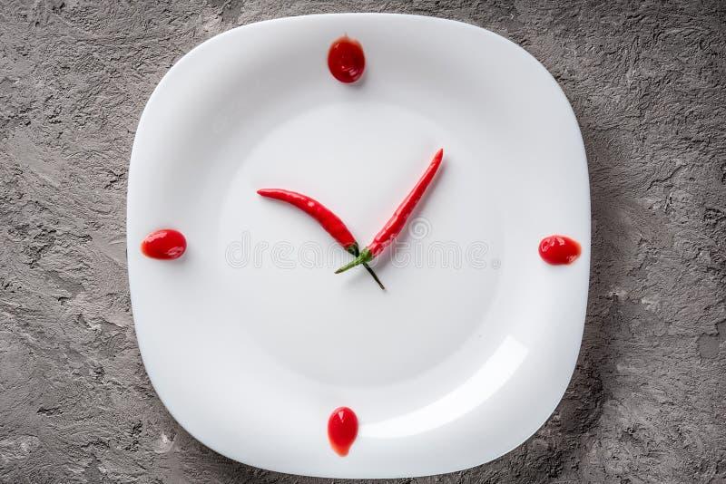 Peppar för varm chili på den vita plattan med dekorketchup arkivbild