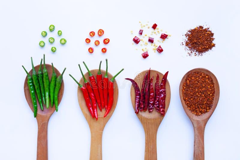 Peppar för varm chili på träskeden på vit royaltyfria bilder