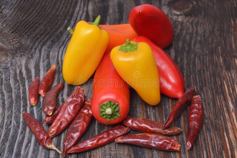 Peppar och pepparkrydda på vit bakgrund arkivfoton