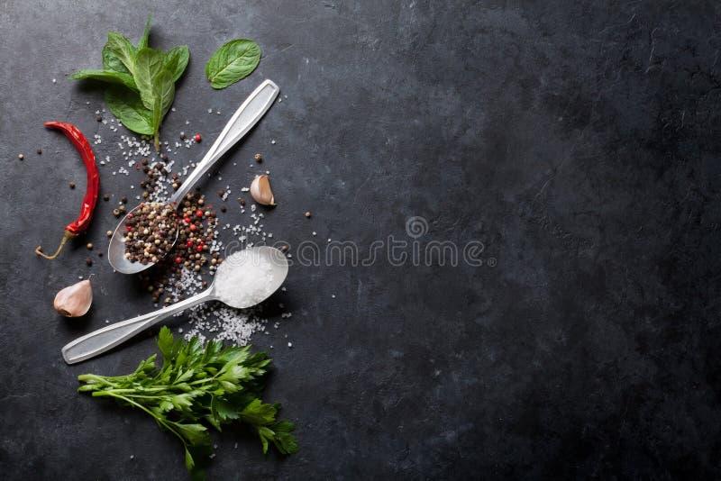 Peppar och saltar krydda-, mintkaramell- och persiljaörter arkivfoto
