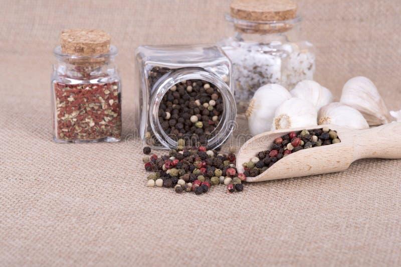 Peppar som lagras i behållaren arkivfoto