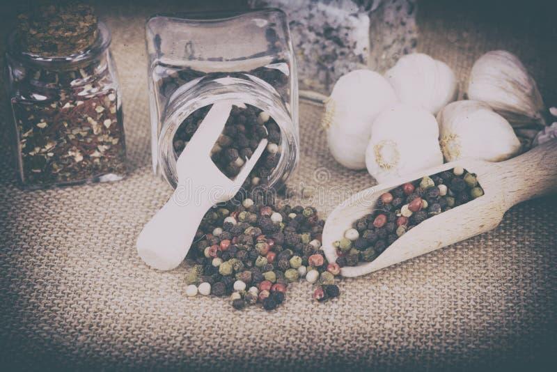 Peppar som lagras i behållaren arkivfoton