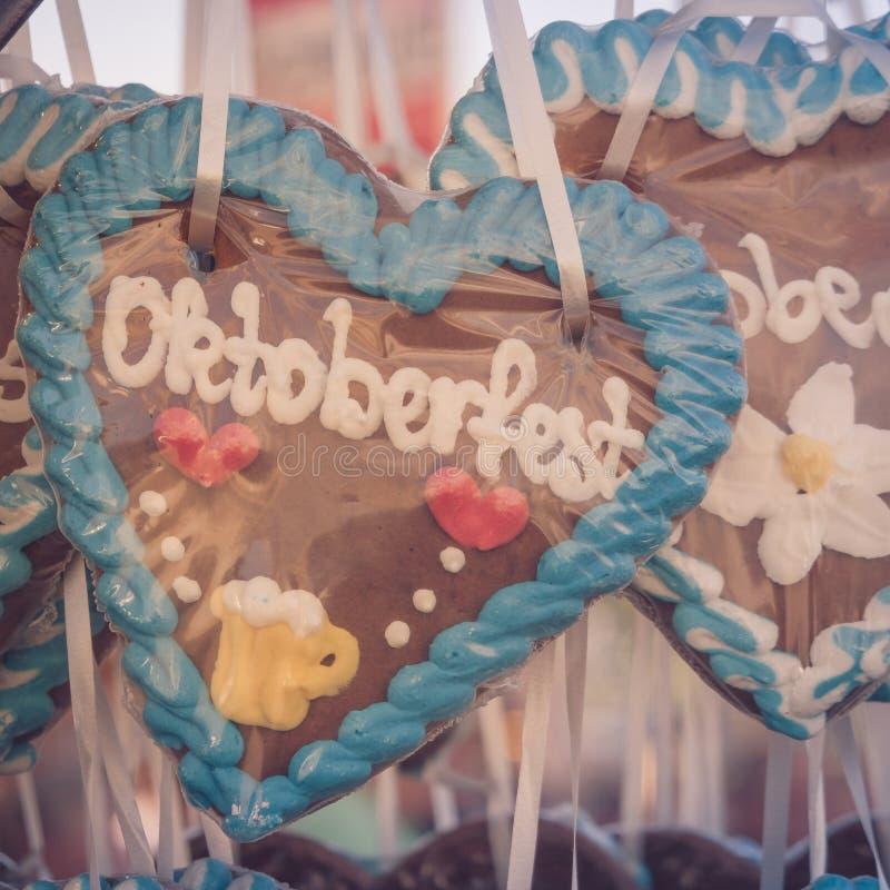 Pepparkakahjärta med inskriften Oktoberfest arkivfoton