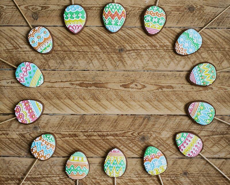 Pepparkakakaka i form av färgägg royaltyfri foto