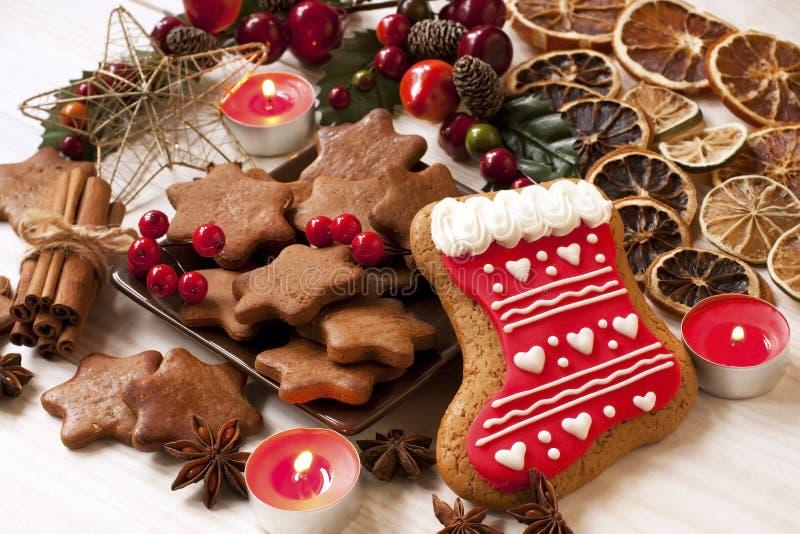 Pepparkakakaka och julpynt på en tabell arkivbilder