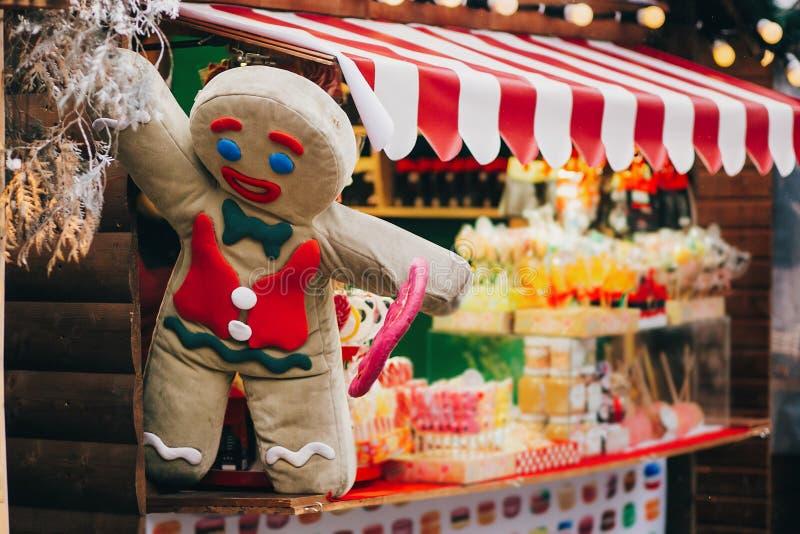 Pepparkakakakamannen med klubban på jul marknadsför kabinen royaltyfria bilder
