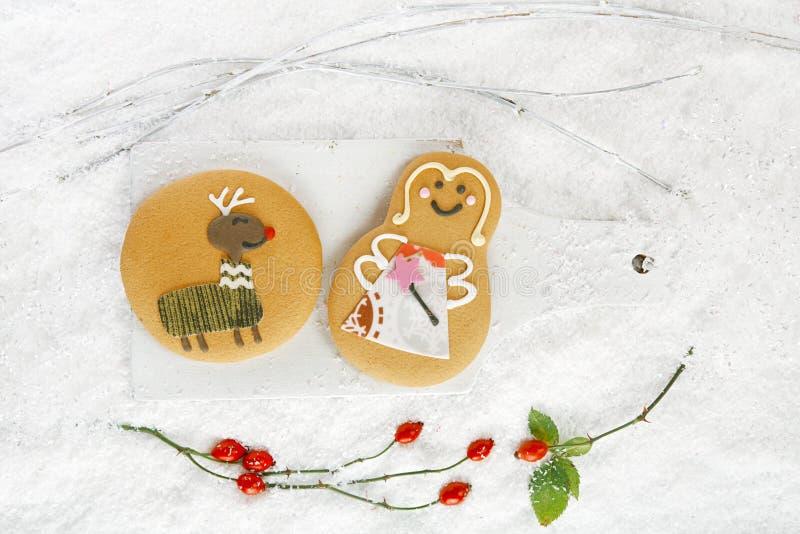 Pepparkakakakor på vit trä- och snöbakgrund arkivbilder