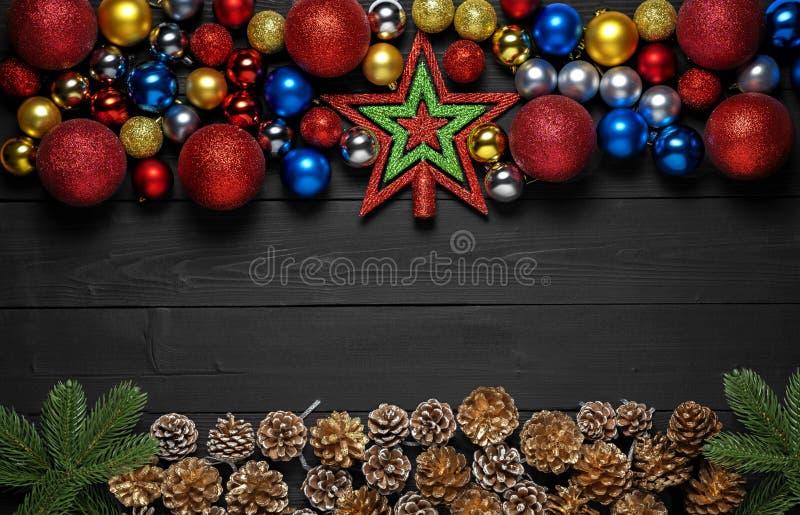 Pepparkakaman över trä Bakgrund och ramen för svart för nytt år sörjer stilfull med granfilialen, kottar och xmas-leksakbollar royaltyfria foton