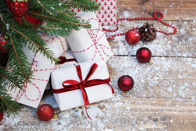 Pepparkakaman över trä julgåvatree under kopiera avstånd royaltyfri foto