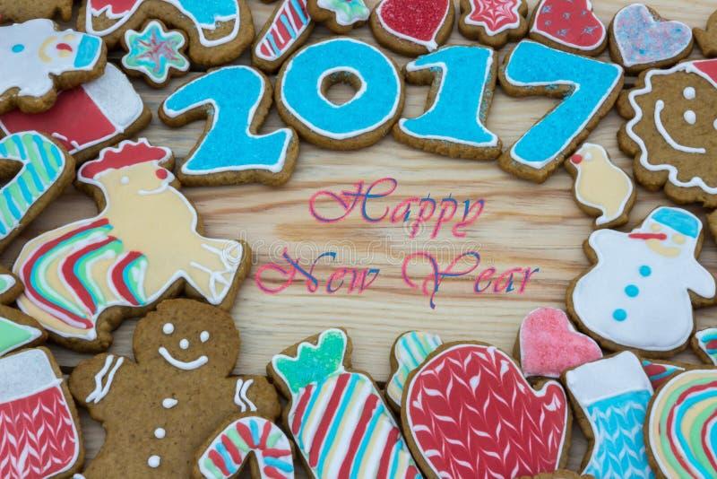 Pepparkakor dekoreras för det nya 2017 året kan användas som kort royaltyfri fotografi