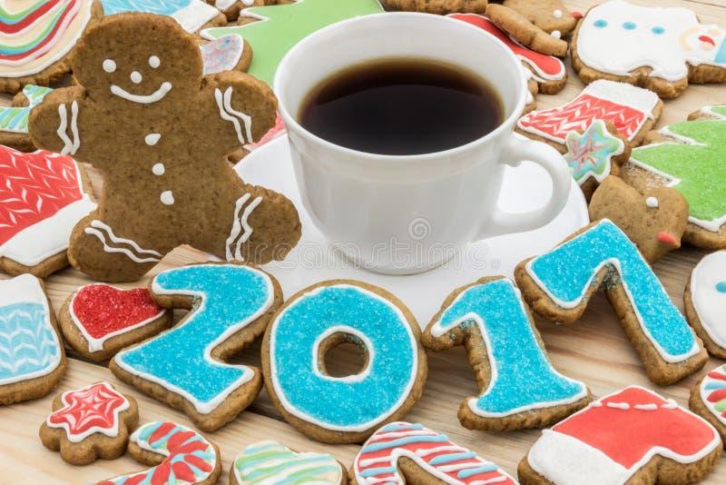 Pepparkakor dekoreras för det nya 2017 året och koppen kaffe (kan användas som kort), royaltyfria bilder