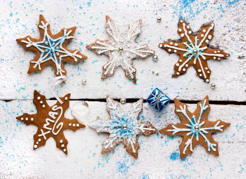 Pepparkakor i form av snöflingor som dekoreras med isläggning och royaltyfri bild