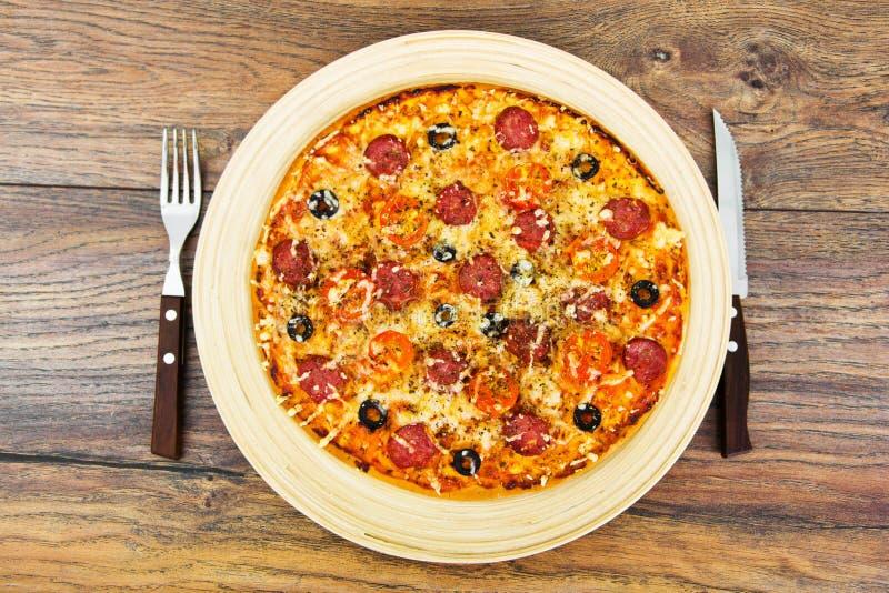 Pepperoni πίτσα με το λουκάνικο, το τυρί, τη μοτσαρέλα, τις ελιές και Bas στοκ φωτογραφία με δικαίωμα ελεύθερης χρήσης
