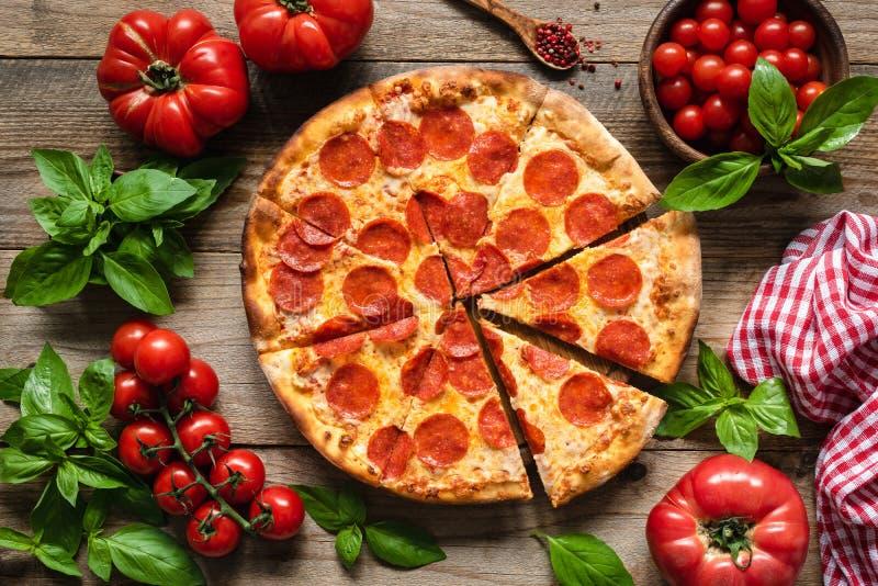 Pepperoni πίτσα, ντομάτες και βασιλικός στοκ εικόνες