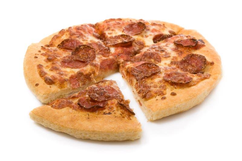 pepperoni πίτσα που τεμαχίζεται στοκ εικόνες