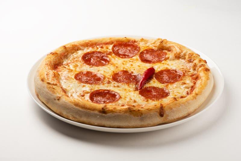 Pepperoni πίτσα σε ένα άσπρο υπόβαθρο στοκ φωτογραφίες
