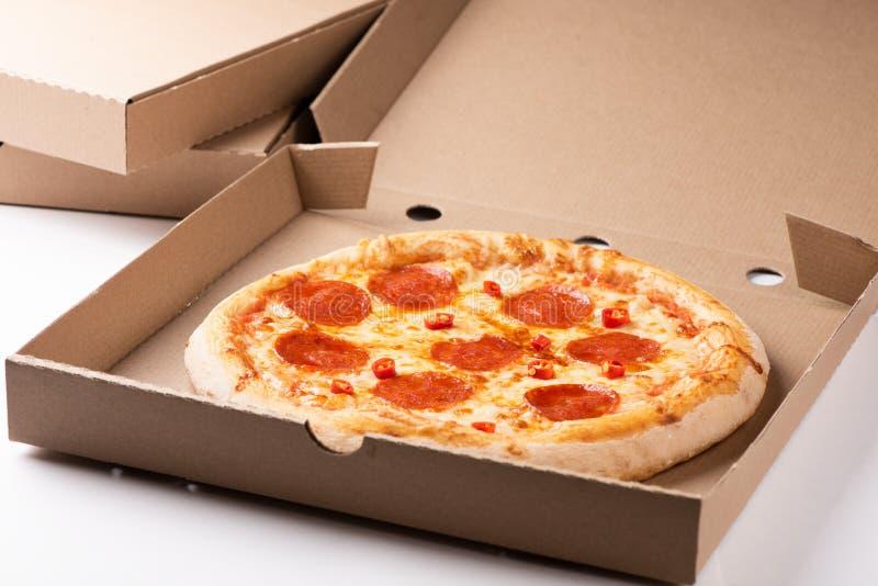 Pepperoni πίτσα στενό σε επάνω κιβωτίων στοκ εικόνα με δικαίωμα ελεύθερης χρήσης