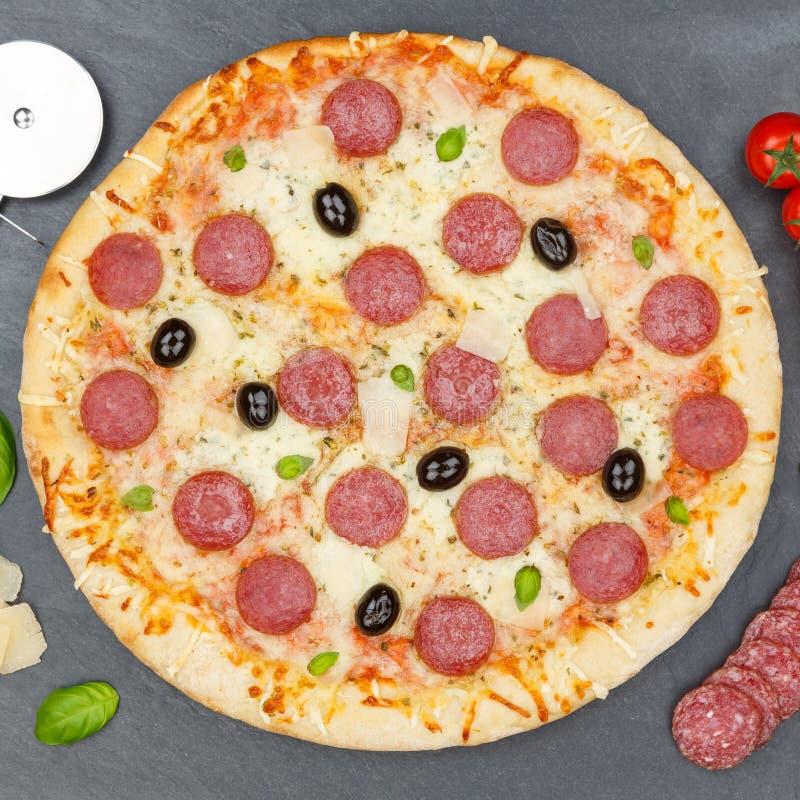 Pepperoni πιτσών το σαλάμι τακτοποιεί άνωθεν την πλάκα συστατικών ψησίματος στοκ εικόνα με δικαίωμα ελεύθερης χρήσης