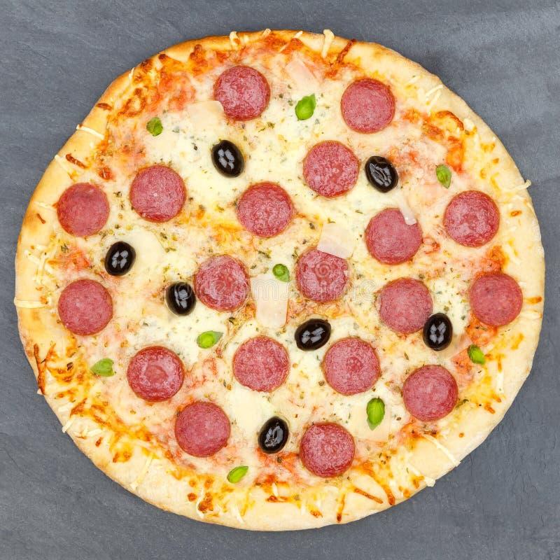 Pepperoni πιτσών το σαλάμι τακτοποιεί άνωθεν την πλάκα στοκ εικόνες