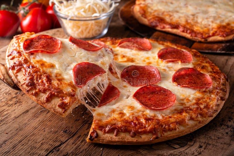 Pepperoni e Quatro Queijos Pizzas foto de stock