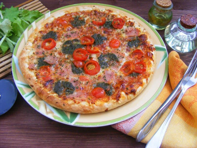 Pepperoni pizza z pokrojonymi warzywami na nieociosanym drewnianym tle obraz stock