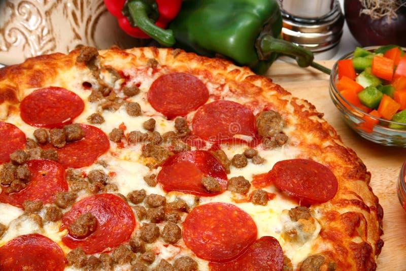 Pepperoni-und Wurst-Pizza lizenzfreies stockfoto