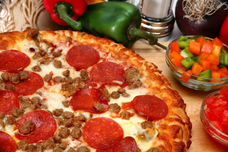 Pepperoni-und Wurst-Pizza stockbild