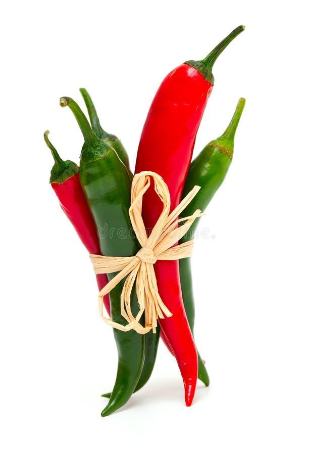 Pepperoni vermelhos e verdes amarrados foto de stock