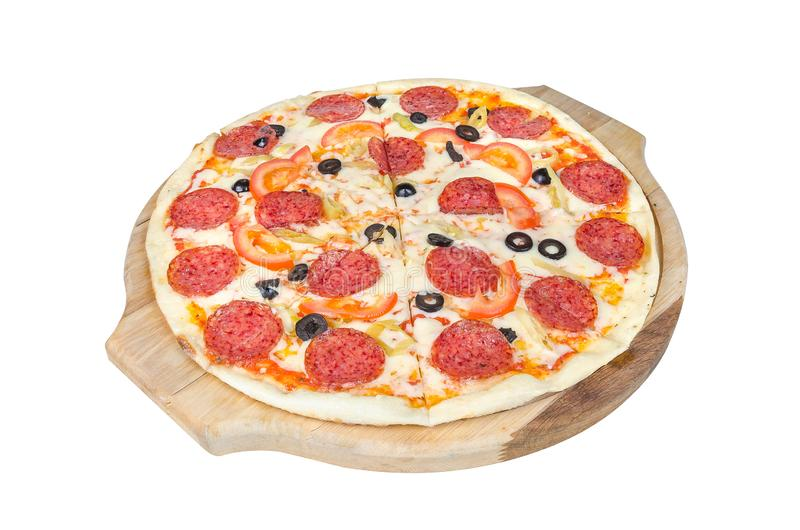 Pepperonispizza op een ronde scherpe die raad op witte achtergrond wordt geïsoleerd royalty-vrije stock afbeeldingen