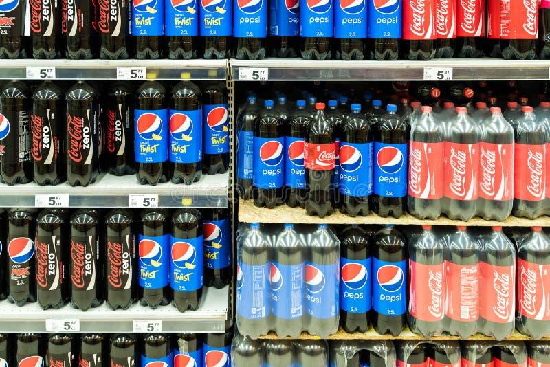 Pepsi en Coca Cola Soda Drinks On-Supermarkttribune stock fotografie