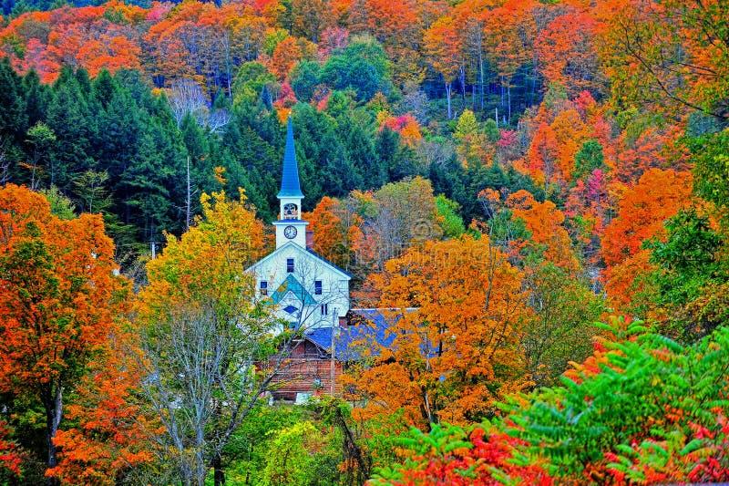 Pequeña aguja blanca remetida lejos las montañas verdes coloridas HDR foto de archivo libre de regalías