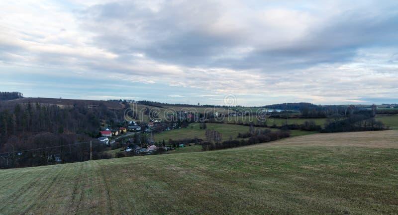 Pequeña aldea de Stare Techanovice cerca de la ciudad de Vitkov, rodeada de colinas en la república checa imágenes de archivo libres de regalías