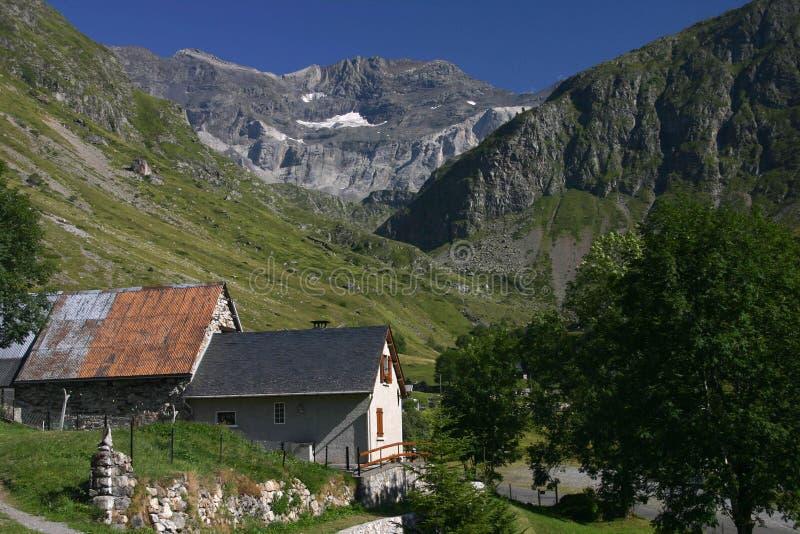 Pequeña aldea en las montañas de Pyrenees imágenes de archivo libres de regalías