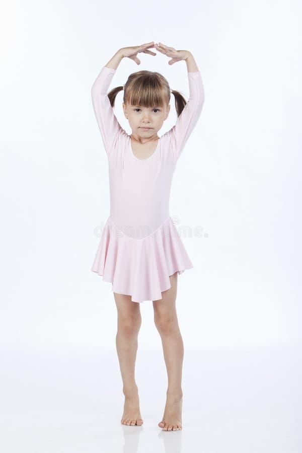 Pequeña bailarina con las manos para arriba en el aire imagenes de archivo