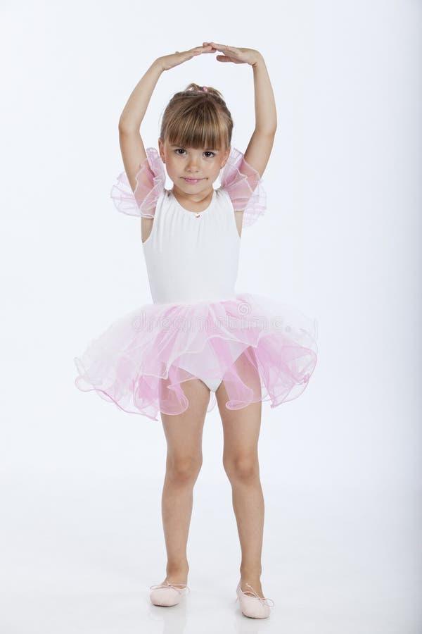 Pequeña bailarina feliz en la posición de ballet imagen de archivo libre de regalías