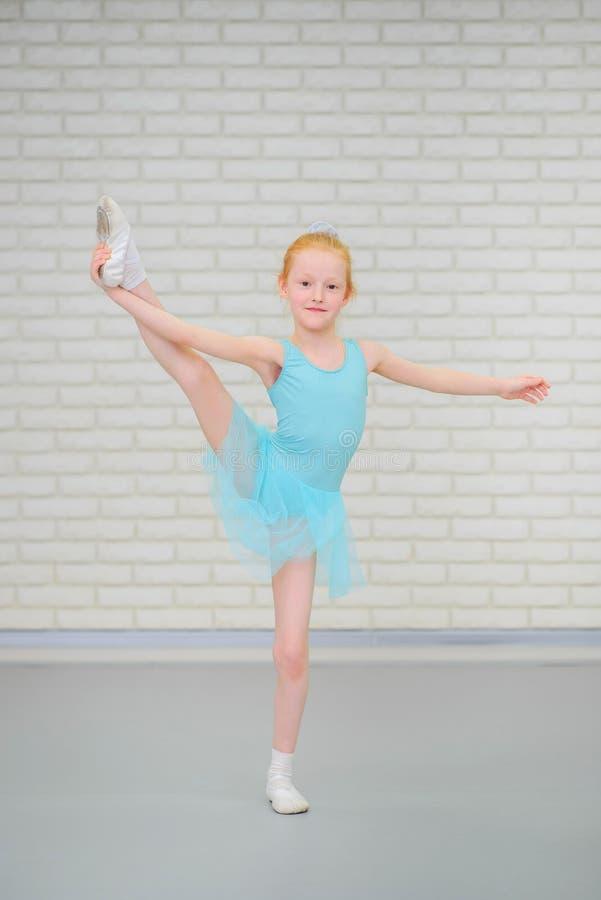 Pequeña bailarina linda en el baile azul del vestido en la clase del ballet foto de archivo libre de regalías