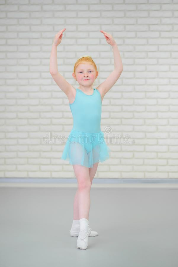 Pequeña bailarina linda en el baile azul del vestido en la clase del ballet fotografía de archivo