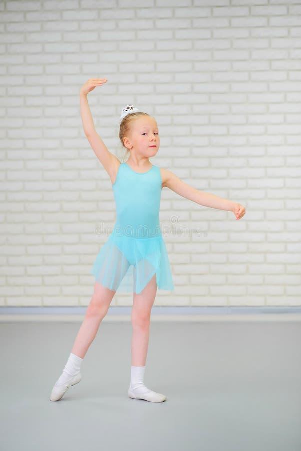 Pequeña bailarina linda en el baile azul del vestido en la clase del ballet imagenes de archivo