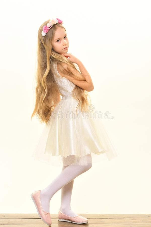 Pequeña bailarina Niña en la alineada blanca Niña con el pelo rubio largo Niña aislada en blanco el pelo tiene gusto fotografía de archivo libre de regalías