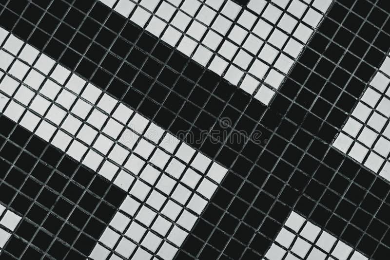 Pequeña baldosa cuadrada blanco y negro del cuarto de baño con el modelo moderno Vista superior de la teja de la pared del cuarto imagen de archivo libre de regalías