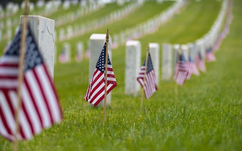 Pequeña bandera americana en el cementerio nacional - exhibición de Memorial Day fotografía de archivo