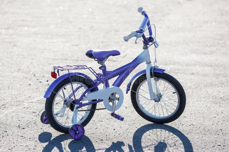 Pequeña bici de los niños imagen de archivo libre de regalías
