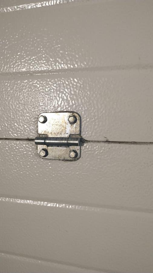 Pequeña bisagra en la puerta del metal, primer Fondo imagen de archivo libre de regalías