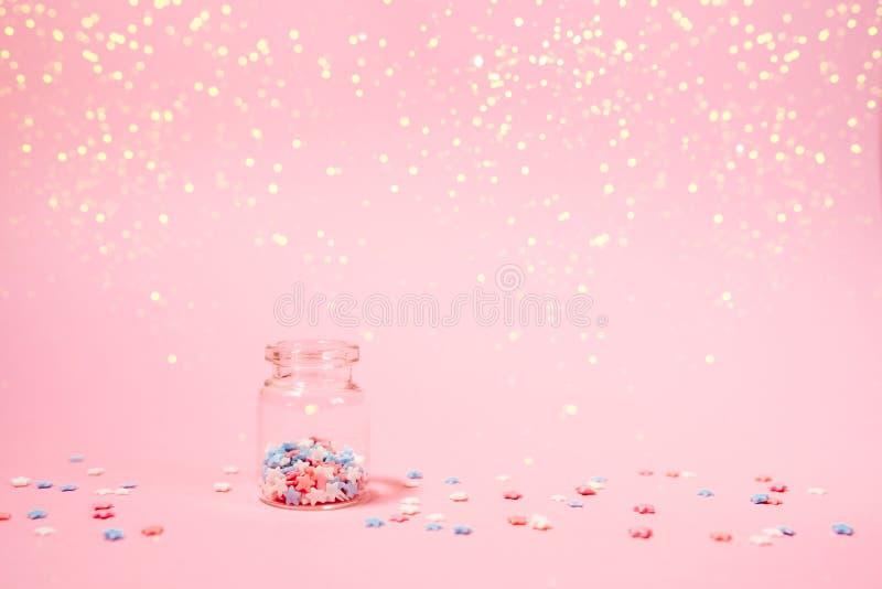 Pequeña botella con pocas estrellas en fondo rosado imagen de archivo libre de regalías