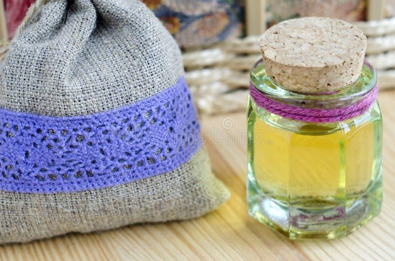 Pequeña botella de aceite cosmético fotografía de archivo libre de regalías