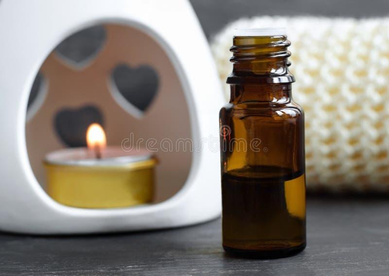 Pequeña botella de aceite esencial fotografía de archivo