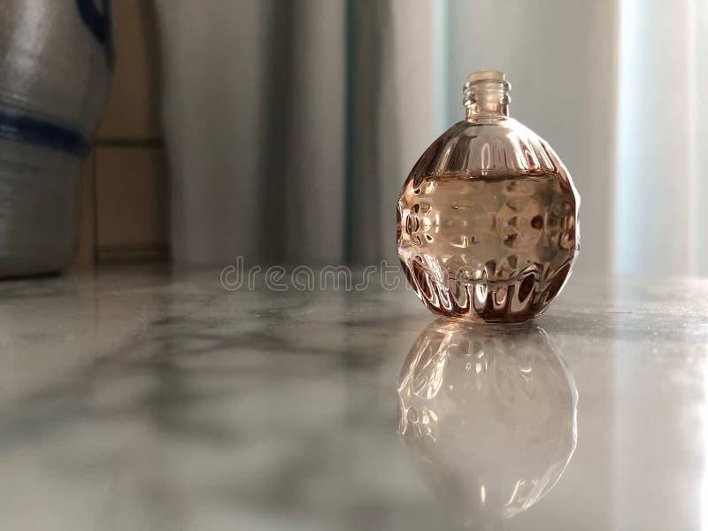 Pequeña botella de la forma esférica 02 del perfume foto de archivo